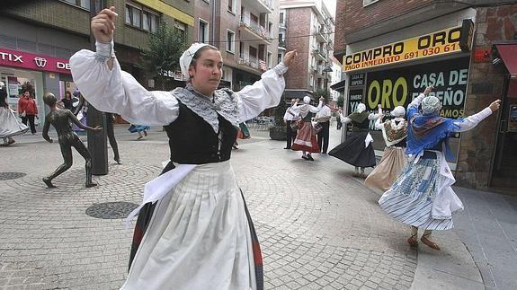 Euskal Herriko eta Akitaniako folkloreak Basurtu auzoa beteko du asteburuan