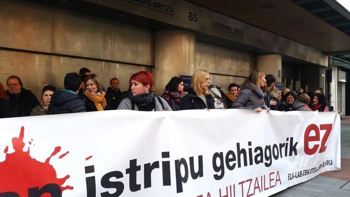 Barneko etxeko langile baten lan heriotza salatu du euskal gehiengo sindikalak
