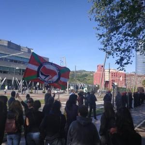Voxen eta C'sen ekitaldien kontrako protestetan hainbat antifaxista zauritu eta atxilotu ditu Ertzaintzak