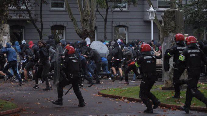 Aske geratu dira VOXen mitinaren aurkako protestan atxiki zituzten 12 atxilotuak