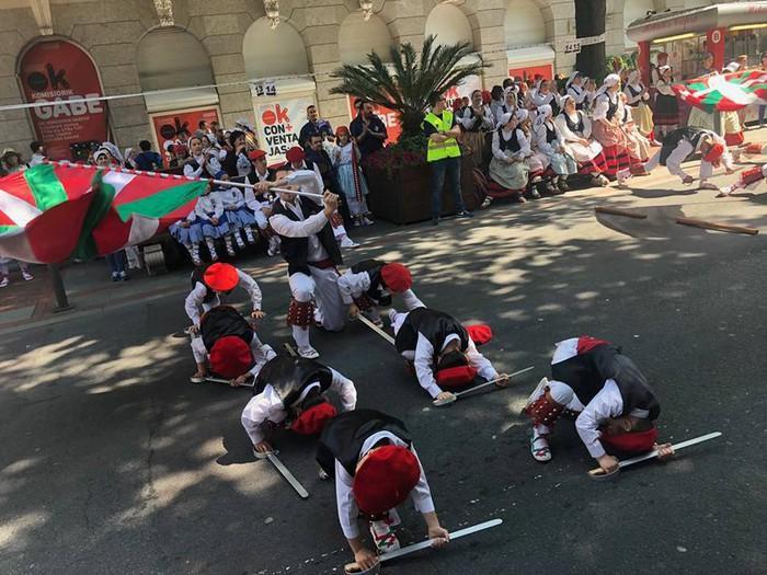 Euskal dantzen lau alarde programatu dituzte uztailean Arriaga plazan