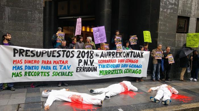 EAJk Espainiako aurrekontuei emandako babesa salatu dute Sabin Etxea parean