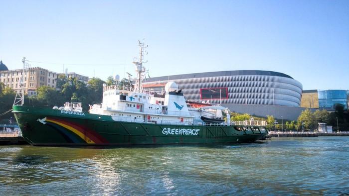 Greenpeaceren 'Esperanza' itsasontzia Bilbon porturatu da aldaketa klimatikoari irtenbidea emateko