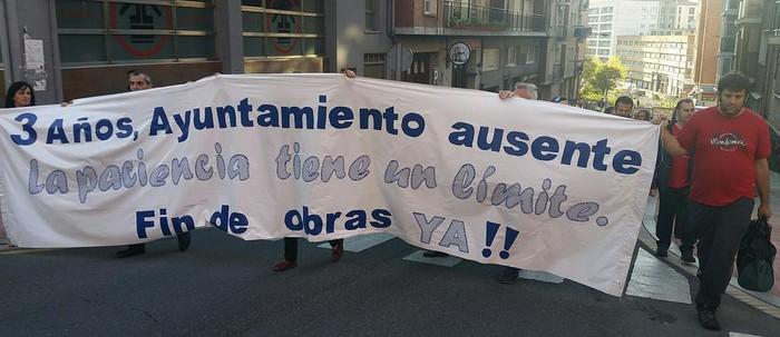 """Obrekin """"pazientzia agortuta"""", manifestazioa burutu dute Irala eta Errekaldeko auzotarrek"""