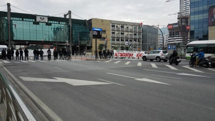 San Mameseko errepidea moztu dute 'muntaia polizialak' salatzeko