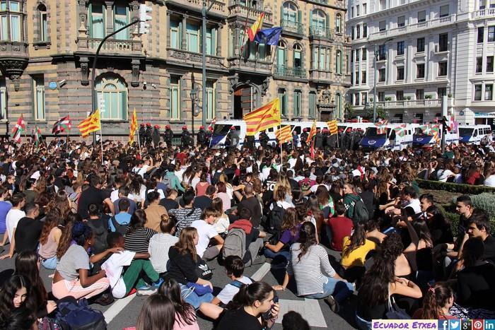Milaka gazte Bilboko kaleetan Altsasuko eta Kataluniako epaiak salatzeko