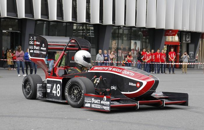 Ingenieritza eskolako Student Formula auto berria aurkeztu dute
