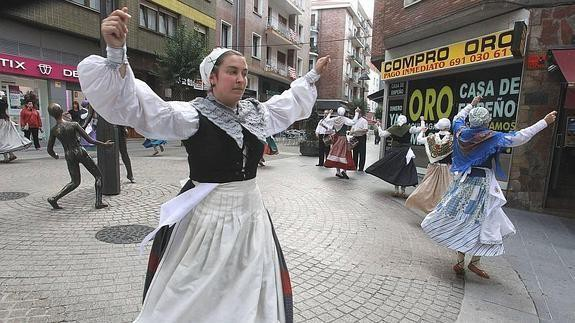 """Folklore tradizionala sustatzen duen """"Plazarik Plaza"""" programa antolatu dute"""