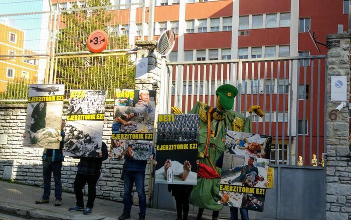 Kakitzat militarizazioaren kontra manifestatu da Bilboko Kuartel Militarraren aurrean